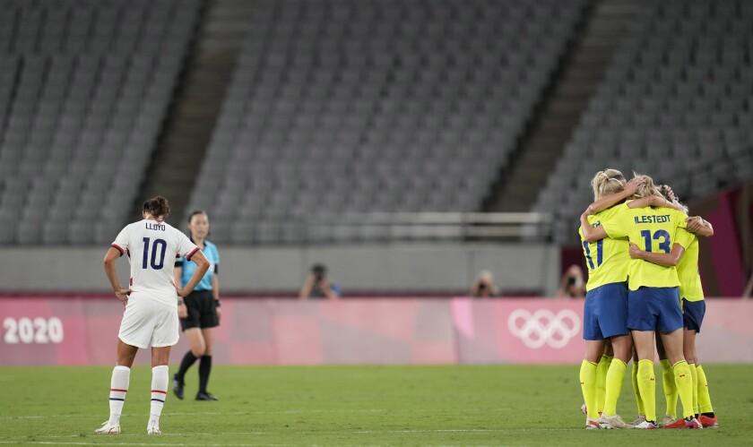 Las jugadoras de Suecia celebran tras derrotar 3-0 a Estados Unidos en el fútbol femenino