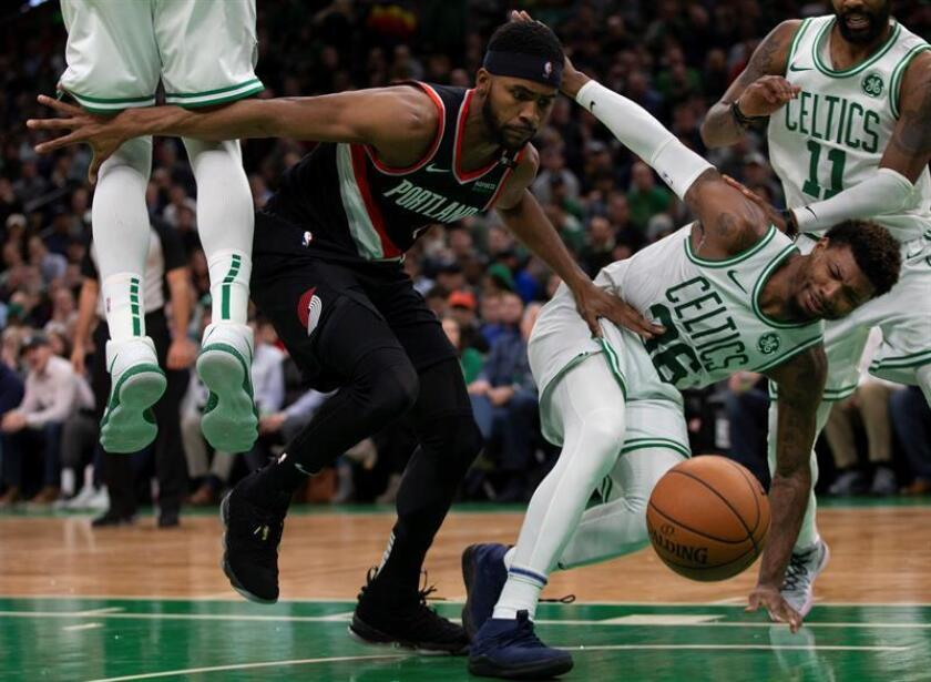 El alero Maurice Harkless (i) de Portland Trail Blazers en acción ante el escolta Marcus Smart (d) de Boston Celtics durante un partido de la NBA entre Portland Trail Blazers y Boston Celtics. EFE/Archivo