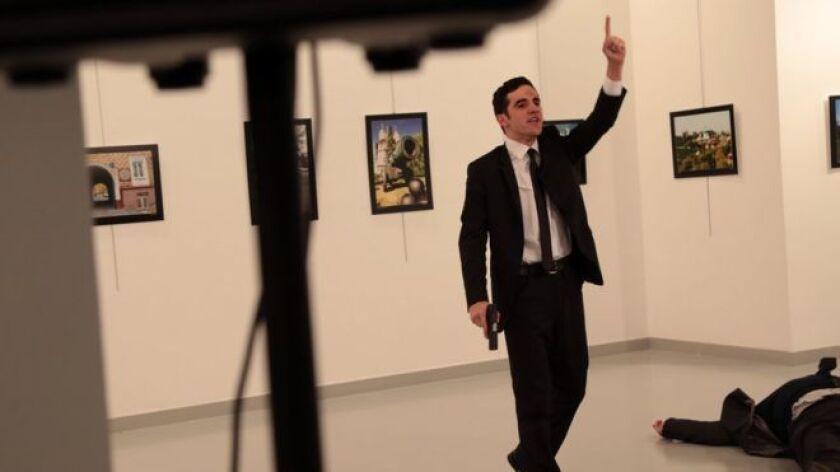 El fotógrafo Burhan Ozbilici fue a una exhibición de fotografía en Ankara, capital de Turquía, por gusto propio. La agencia de noticias para la cual trabaja, Associated Press (AP), no le había asignado la cobertura del evento.