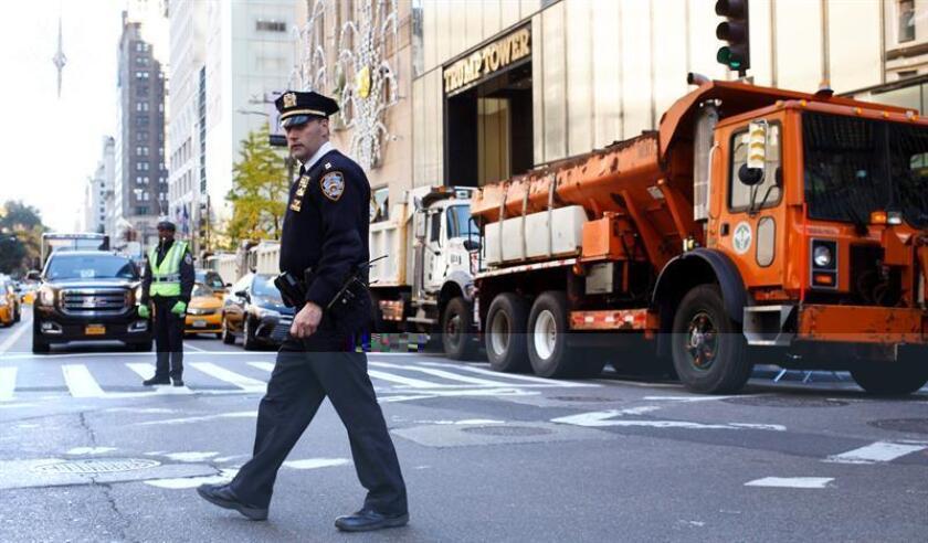 La policía de Nueva York busca hoy a un hombre que supuestamente asesinó a tiros a otro la pasada madrugada en pleno centro de Manhattan. EFE/Archivo