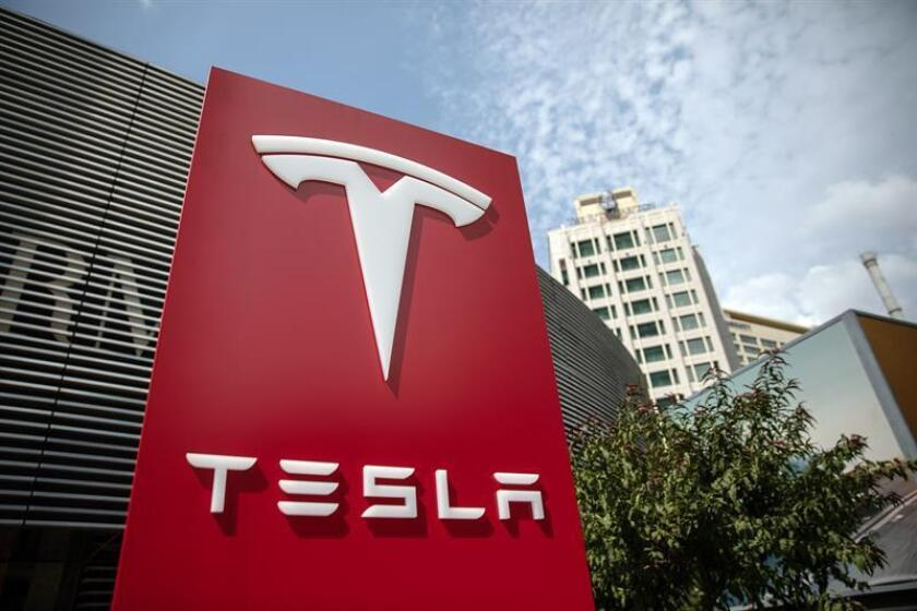 Imagen de archivo muestra el logotipo de Tesla en su sede de Pekín (China), el 25 de julio de 2018. EFE/Archivo