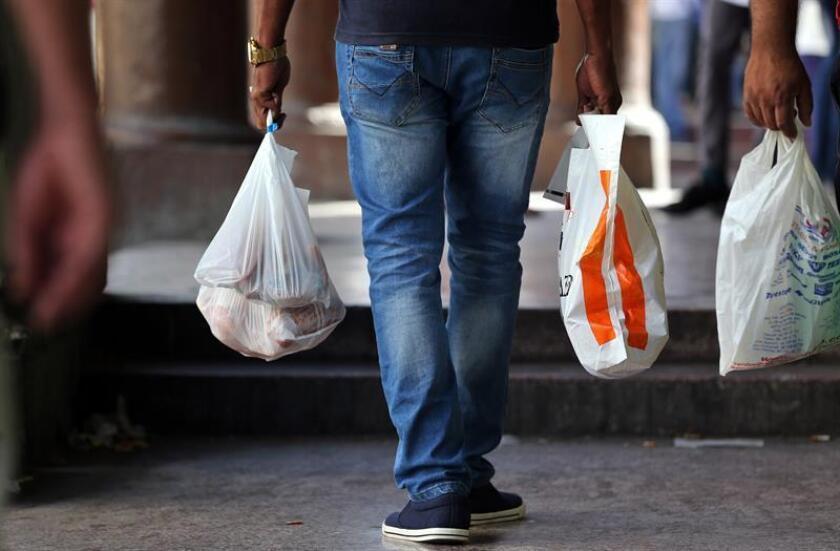 La cadena de supermercados más grande del país, Kroger Co., ha empezado a eliminar el uso de bolsas de plástico de un solo uso en sus tiendas, informó hoy la compañía en un comunicado. EFE/ARCHIVO