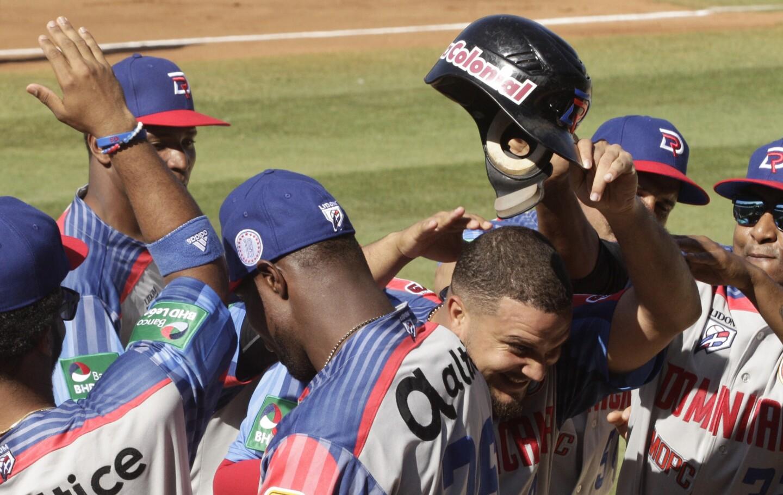Diego Goris de la República Dominicana levanta su casco tras anotar un carrera en el segundo inning ante Puerto Rico en el primer día en la Serie del Caribe, en Ciudad de Panamá, el lunes 4 de febrero de 2019. (AP Foto/Arnulfo Franco) ** Usable by HOY, ELSENT and SD Only **