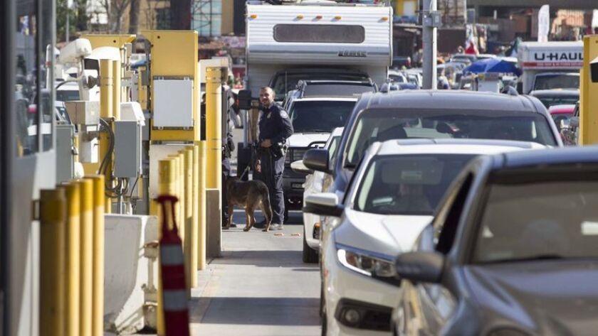Los vehículos esperan para cruzar a los Estados Unidos en el Puerto de Entrada de San Ysidro. (John Gibbins / San Diego Union-Tribune)