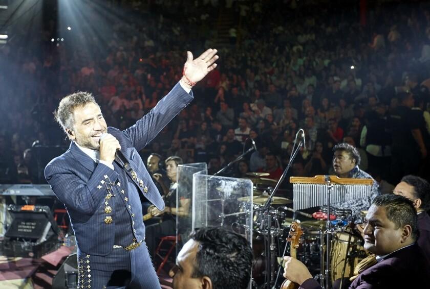 El cantante Alejandro Fernández (izq.) ofreció alrededor de dos horas de música con lo mejor de su repertorio durante el Palenque de Fiestas de Octubre, en Guadalajara, Jalisco.