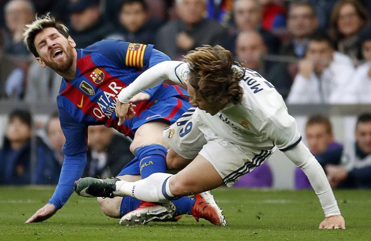 El croata del Real Madrid, Luca Modric (d) frenó un avance del astro argentino del Barcelona, Lionel Messi. El Barsa empató por tercer partido seguido y ha ganado solo dos de sus últimos siete en todas las competiciones.