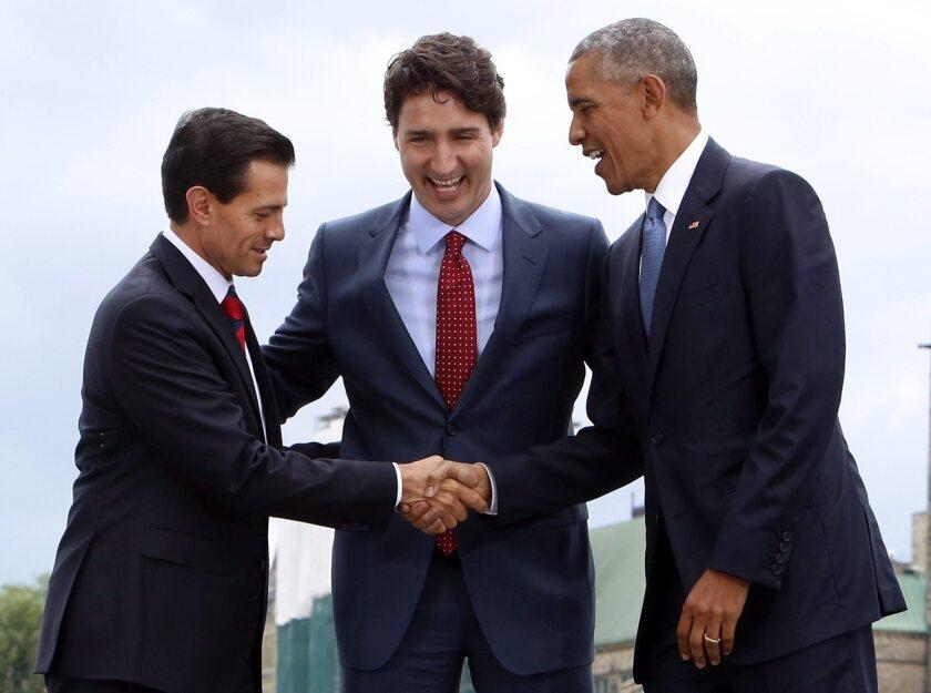 El presidente de México, Enrique Peña Nieto, a la izquierda, el primer ministro de Canadá Justin Trudeau, al centro, y el presidente de Estados Unidos, Barack Obama, posan para una foto en la Cumbre de Líderes de Norteamérica en la Galería Nacional de Canadá en Ottawa, el miércoles, 29 de junio de 2016. (Fred Chartrand/The Canadian Press via AP)