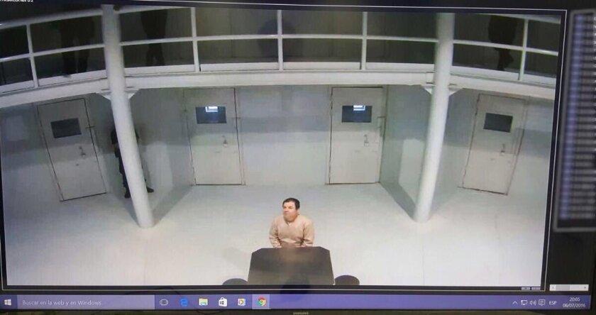 El secretario de Gobernación, Miguel Ángel Osorio, subió el viernes pasado en Twitter una captura de una cámara de seguridad para probar que el narcotraficante seguía recluido en la prisión del norteño estado de Chihuahua, después de que en las redes sociales se dispararan los rumores sobre su escape.