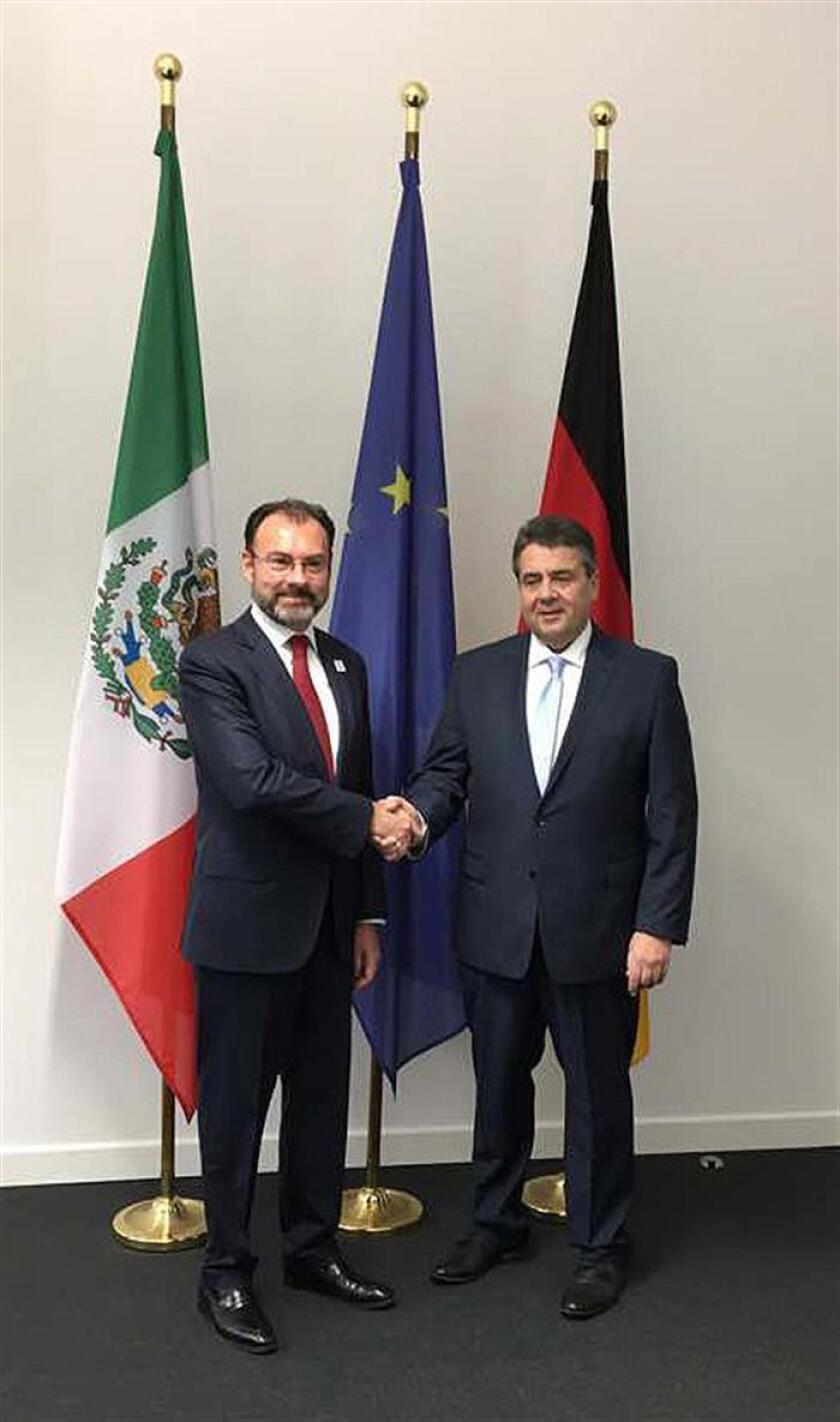 El ministro mexicano de Exteriores de México, Luis Videgaray (i) y el ministro alemán, Sigmar Gabrielen (d) durante un encuentro en el World Conference Center de Bonn (WCCB), en Alemania, hoy, 16 de febrero de 2017.