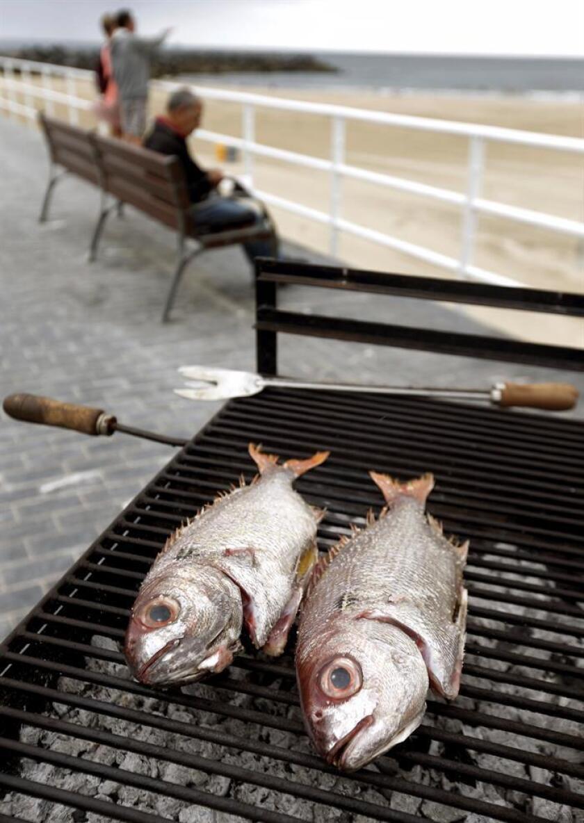 Comer pescado y mariscos con altos niveles de mercurio podría aumentar el riesgo de sufrir esclerosis lateral amiotrófica (ELA), según un estudio preliminar publicado hoy por la Academia Estadounidense de Neurología. EFE/Archivo