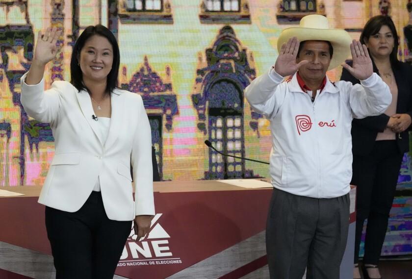 El candidato del partido Perú Libre Pedro Castillo, derecha, y la candidata Keiko Fujimori, del partido Fuerza Popular