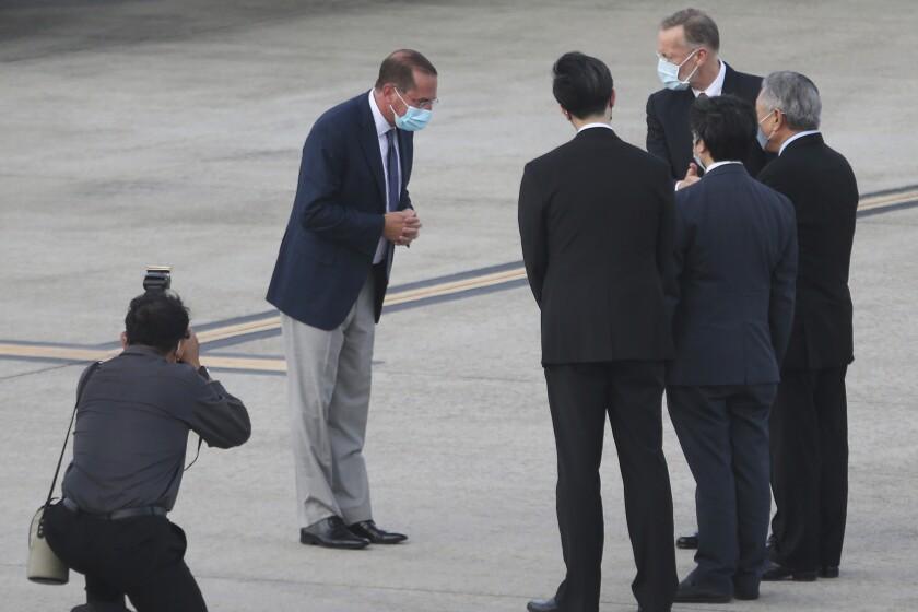 El secretario de Salud y Servicios Humanos de Estados Unidos, Alex Azar, al llegar a Taiwán el domingo 9 de agosto de 2020, en el aeropuerto Songshan de Taipei. (AP Foto/Chiang Ying-ying)