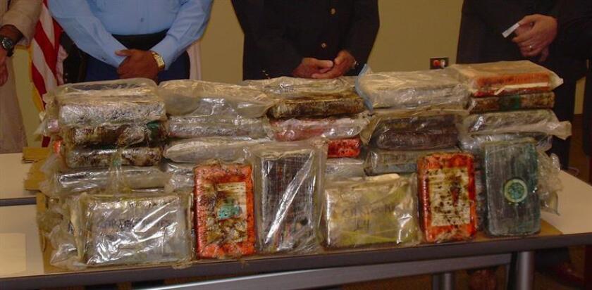 Treinta libras de cocaína procedente de Colombia fueron halladas en un avión de American Airlines que viajó de Bogotá a Miami y que luego fue enviado para labores de mantenimiento a Tulsa (Oklahoma), donde se descubrió la droga. EFE/Archivo