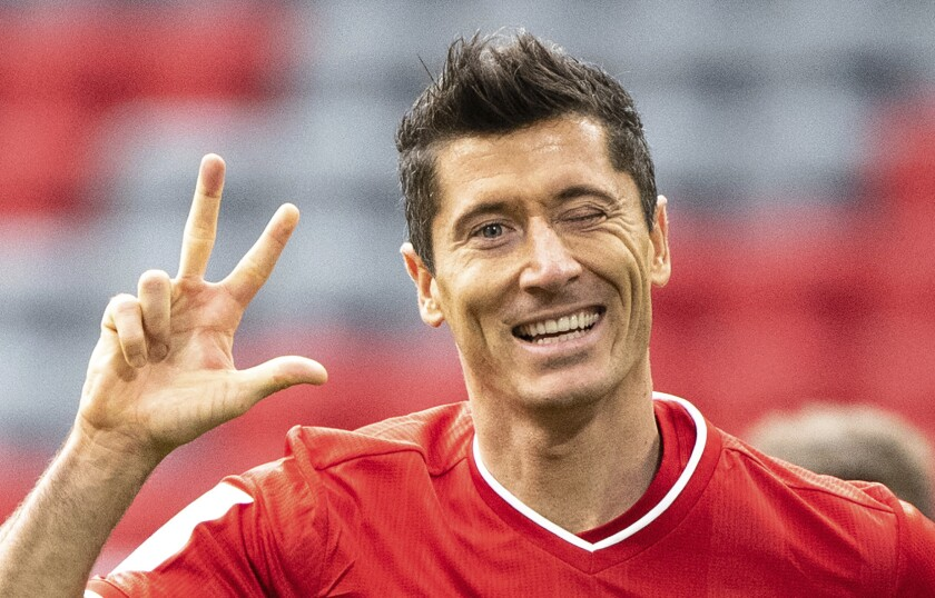 El astro de Bayern Múnich Robert Lewandowski celebra tras anotar su tercer gol en un partido de la Bundesliga contra Frankfurt el sábado, 24 de octubre del 2020. (Matthias Balk/dpa vía AP)