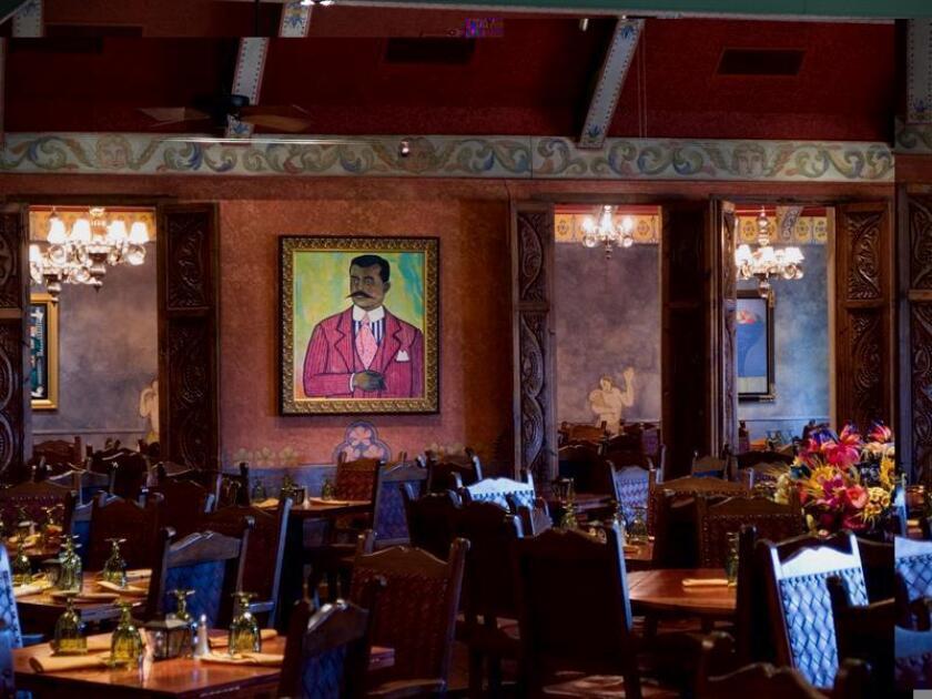 Vista del interior de la Fonda de San Miguel (2330 W. North Loop, Austin, Texas), un muy bien renovado local que triunfa desde hace más de tres décadas con una cocina de corte tradicional y que se nutre del hondo y sabio recetario mexicano. EFE/SOLO USO EDITORIAL
