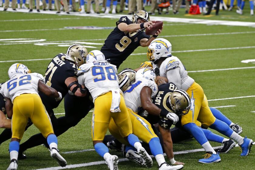 El quarterback de los Saints de Nueva Orleans Drew Brees (9) salta por encima de la línea de gol