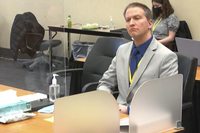 El ex oficial de policía de Minneapolis Derek Chauvin escucha