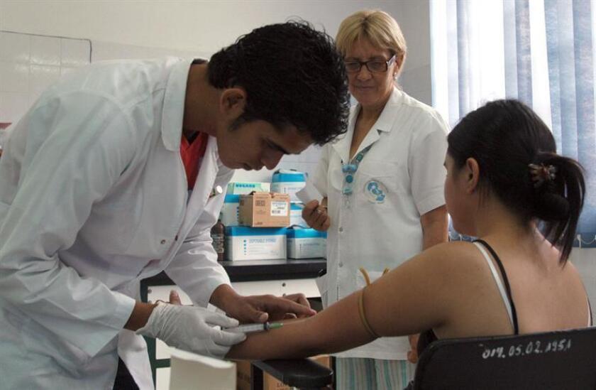 Entre las medidas de protección y prevención adoptadas desde hace varios años en la isla figuran la fumigación y búsqueda de criaderos de mosquitos, el control en las fronteras de la isla y la vacunación de los trabajadores cubanos en misión extranjera. EFE/Archivo
