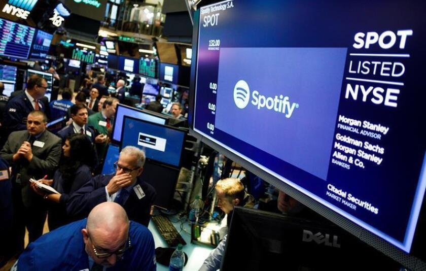 Agentes de Bolsa realizan su trabajo durante el debut de la plataforma digital de música Spotify en el parqué de Nueva York, Estados Unidos, hoy, 3 de abril de 2018. EFE