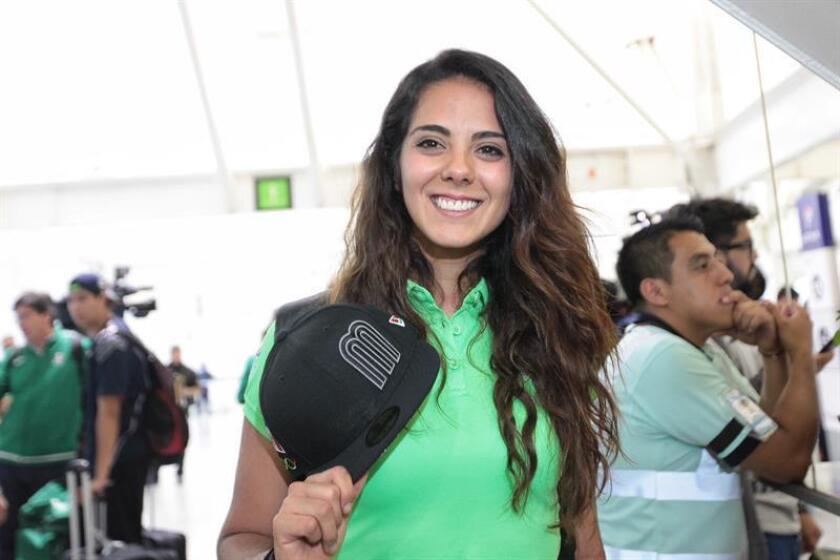 La esgrimista mexicana Nataly Michel posa antes de partir hacia Río de Janeiro, en el Aeropuerto Internacional Benito Juárez de Ciudad de México (México). EFE/Sáshenka Gutiérrez