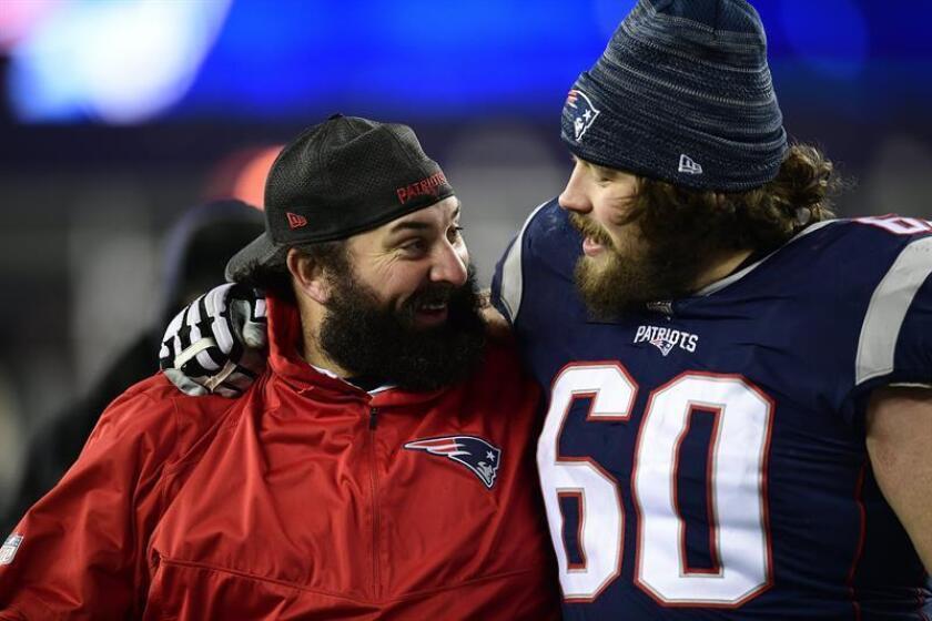 El coordinador defensivo de los Patriots (i) y David Andrews (d) durante una celebración después de un encuentro de los Patriots. EFE/Archivo