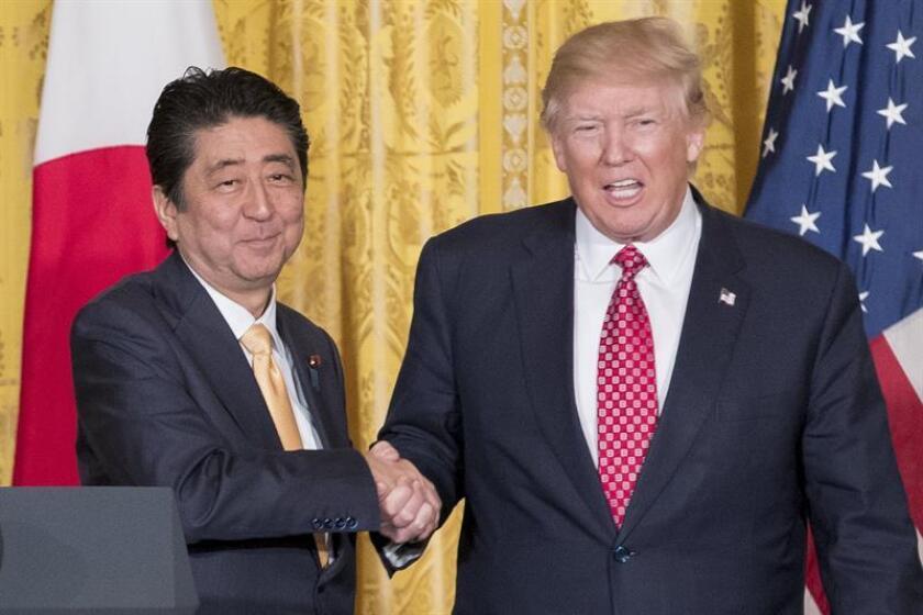 En la imagen, el presidente estadounidense Donald Trump (d) y el primer ministro japonés Shinzo Abe (i). EFE/Archivo