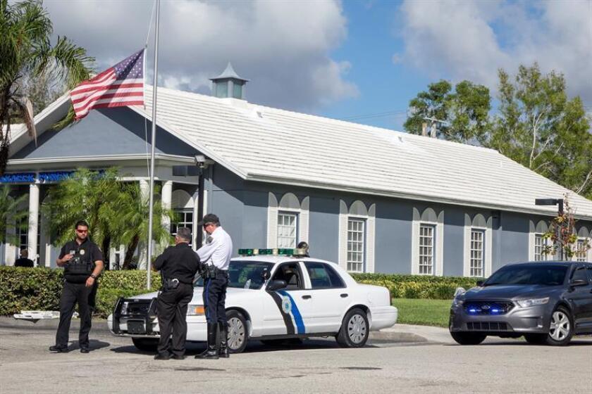 Oficiales de policía custodian la entrada del Kraeer Funeral Home en Springs, Florida, (EE.UU.) el lunes 19 de febrero de 2018. EFE/Archivo