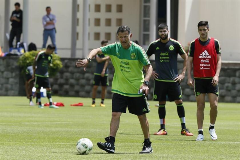 El técnico de la selección mexicana de fútbol Juan Carlos Osorio (c) dirige a su equipo durante una sesión de entrenamiento en Ciudad de México (México). EFE/Archivo