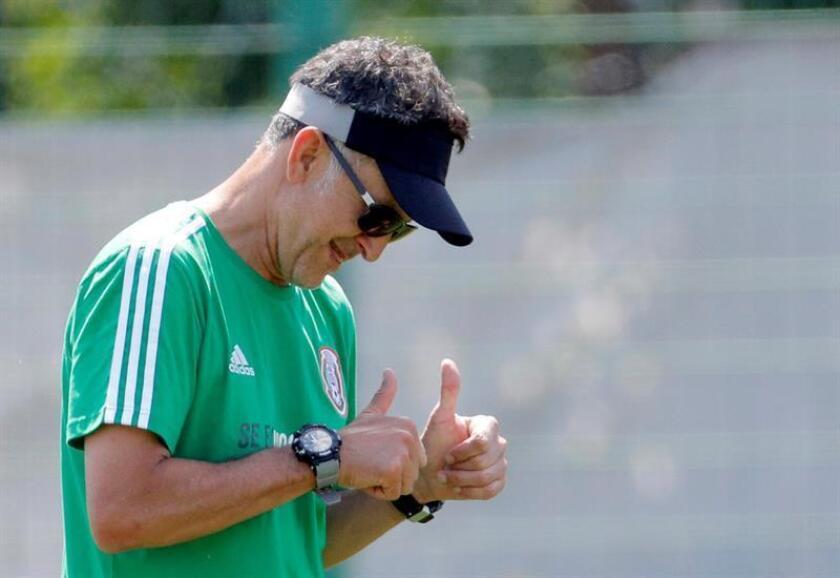 El técnico de la selección de México, Juan Carlos Osorio, dirige el entrenamiento que ha celebrado esta mañana el equipo tricolor en su lugar de concentración a las afueras de Moscú, Rusia, de cara su próximo encuentro contra Brasil correspondiente a los octavos de final del Mundial Rusia 2018. EFE