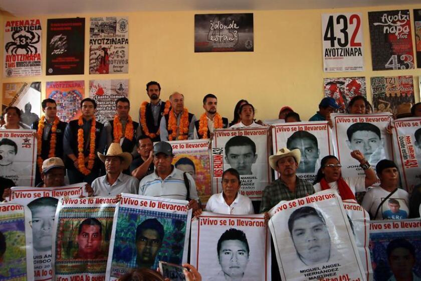 Miembros de la Comisión Interamericana de Derechos Humanos (CIDH) asisten a un encuentro con padres de los normalistas de Ayotzinapa desaparecidos, en Tixtla, Guerrero (México). EFE/Archivo