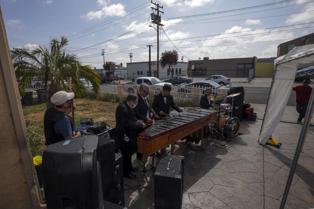 los hombres tocan instrumentos afuera