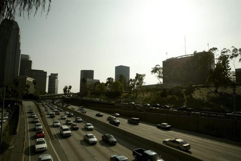 California inició esta semana un programa piloto de prueba de placas digitales en automóviles, un proyecto en uso en más de 100 vehículos y que ha generado entusiasmo y debate al permitir su ubicación. EFE/Archivo
