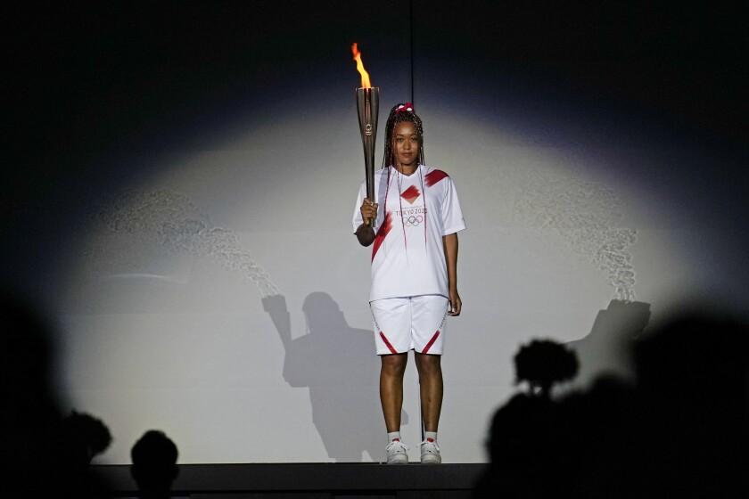 Naomi Osaka se prepara para encender el pebetero olímpico en Tokio el 23 de julio del 2021. (AP Photo/Natacha Pisarenko, File)