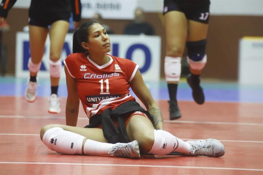 La voleibolista olímpica puertorriqueña Karina Ocasio descansa durante un partido de su equipo las Criollas de Caguas contra las Changas de Naranjito disputado el pasado miercoles 6 de febrero en Caguas, Puerto Rico. EFE