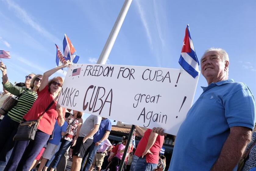 """La gran mayoría de los cubano-estadounidenses radicados en el condado de Miami-Dade (Florida) se opone a las relaciones con Cuba hasta que el Gobierno de Raúl Castro no de """"pasos hacia una sociedad libre"""", según una encuesta del grupo Inspire America Foundation divulgada hoy. EFE/ARCHIVO"""