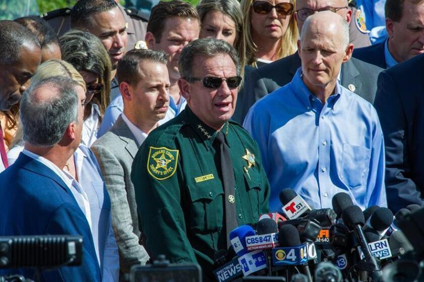 """La presión contra el jefe policial del Condado Broward, Scott Israel, continúa tras el pedido hecho hoy por decenas de legisladores republicanos de Florida para que el oficial sea suspendido tras los """"fallos"""" relacionados al tiroteo de Parkland. EFE/Archivo"""