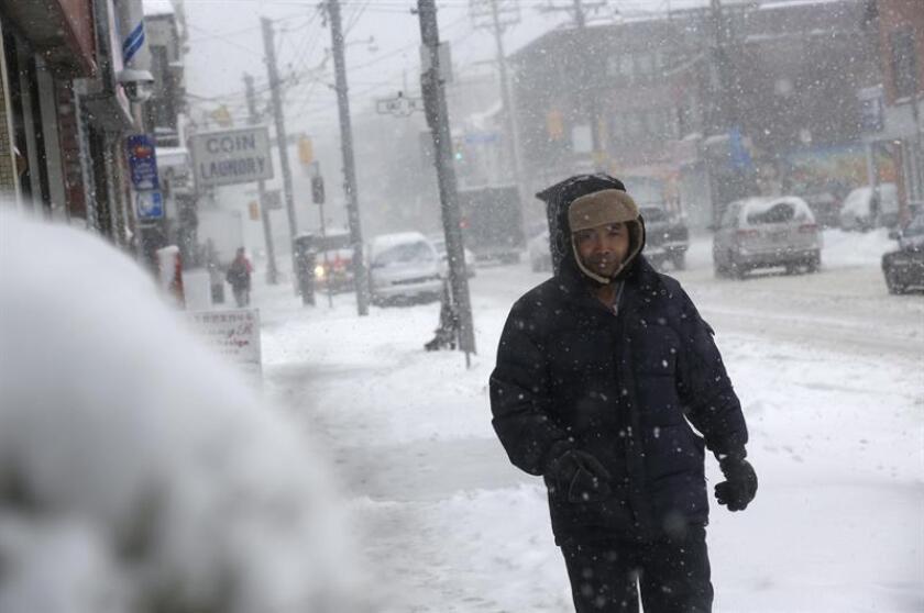 Un hombre camina bajo la nieve en el centro de Toronto, Ontario (Canadá). EFE/Archivo