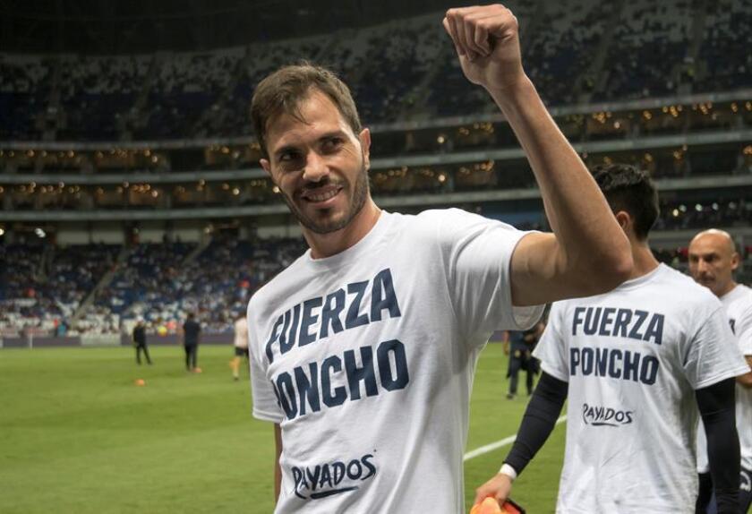 Jose Basanta de Rayados saluda a la afición mexicana. EFE/Archivo