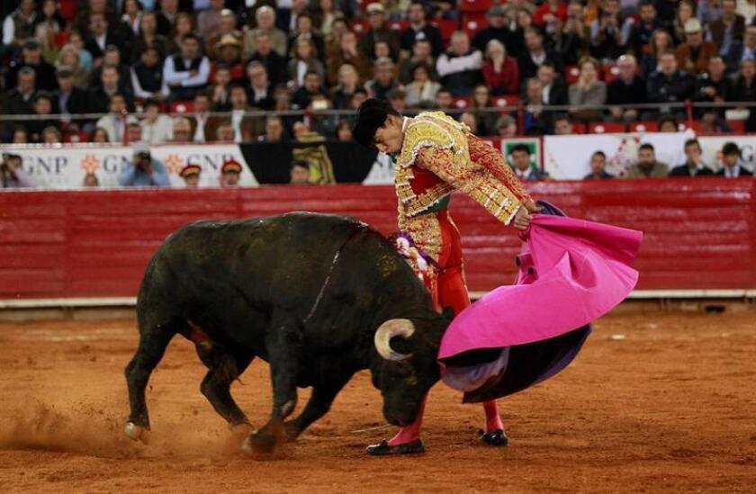 """El torero mexicano Sergio Flores saluda al público durante su segundo toro de la tarde, """"Feudal """" de 515 kilogramos hoy, domingo 19 de febrero de 2017, durante la 16 corrida de la temporada grande en la Plaza de Toros México en la capital del país. EFE"""