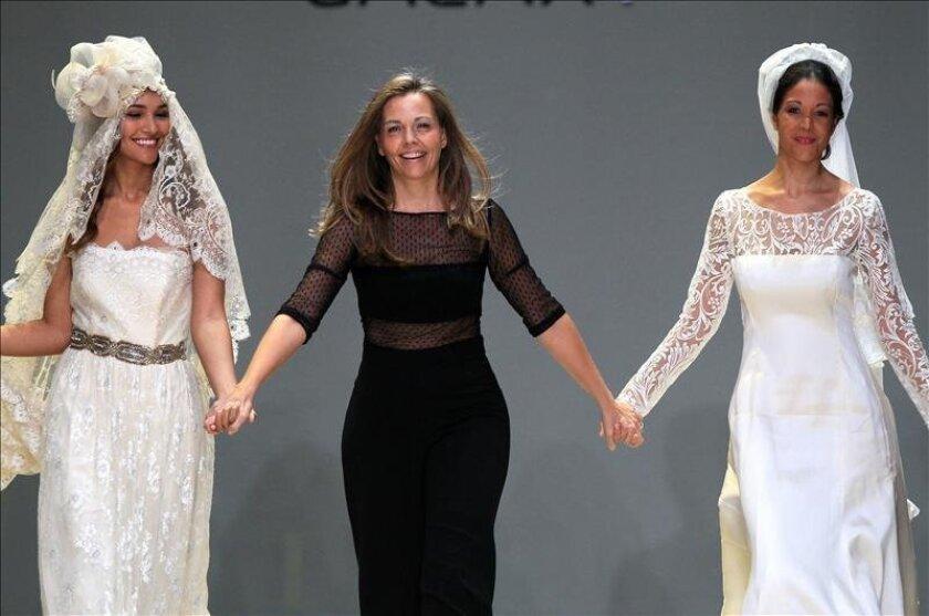 La diseñadora española Pilar Sáinz (c) se presenta en pasarela este 29 de octubre de 2014, durante la sesión inaugural de la Semana de la Moda en Ciudad de Panamá (Panamá). EFE
