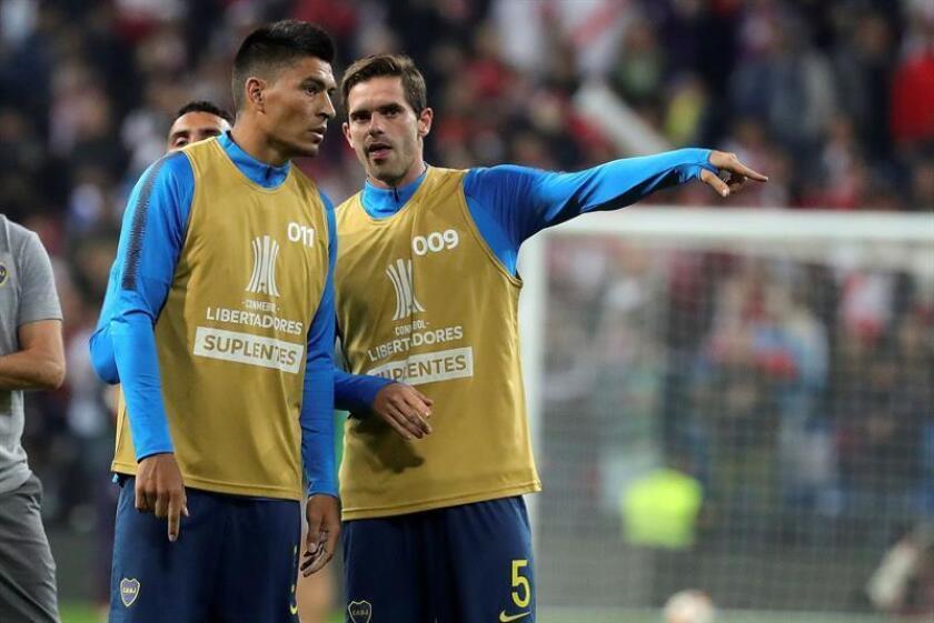 El defensa de Boca Juniors Paolo Goltz (i) y su compañero el centrocampista Fernando Gago (d) durante el calentamiento de su equipo en el estadio Santiago Bernabeu donde se disputará el partido de vuelta de la final de la Copa Libertadores entre el River Plate y el Boca Juniors. EFE