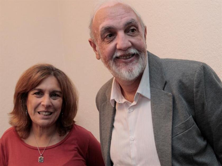 Esther Cohen (i) y Aaron Cohen (d) hablan en entrevista con Efe el martes 6 de marzo de 2018, en Ciudad de México (México). A su corta edad, estaban condenados a sufrir los horrores del Holocausto; sin embargo, alguien se interpuso entre un grupo de niños internados en Auschwitz y su terrible destino. EFE