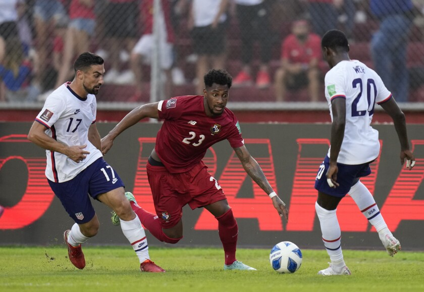 Panama's Michael Murillo, center, controls the ball between Sebastian Lletget, left, and Tim Weah of the U.S.