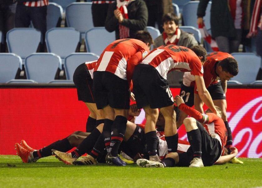 Los jugadores del Athletic de Bilbao celebran el gol de Iñaki Williams, segundo del equipo ante el Celta de Vigo, en el partido de Liga en Primera División que se disputa esta noche en el estadio de Balaídos. EFE