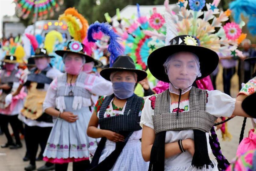 Personas con atuendos tradicionales danzan durante el inicio de la temporada de carnavales en el municipio de Papalotla Tlaxcala (México). EFE