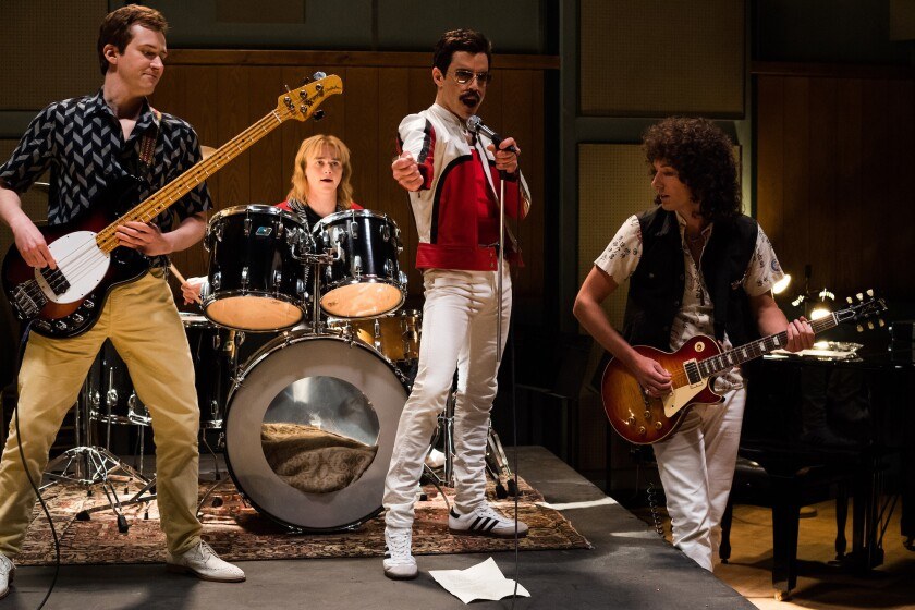 """Joe Mazzello (John Deacon), Ben Hardy (Roger Taylor), Rami Malek (Freddie Mercury) y Gwilym Lee (Brian May) en una escena de la cinta """"Bohemian Rhapsody""""."""