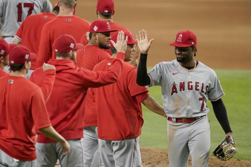 Jo Adell (derecha), de los Angelinos de Los Ángeles, celebra con sus compañeros tras la victoria sobre los Rangers de Texas, el martes 3 de agosto de 2021 (AP Foto/Tony Gutiérrez)
