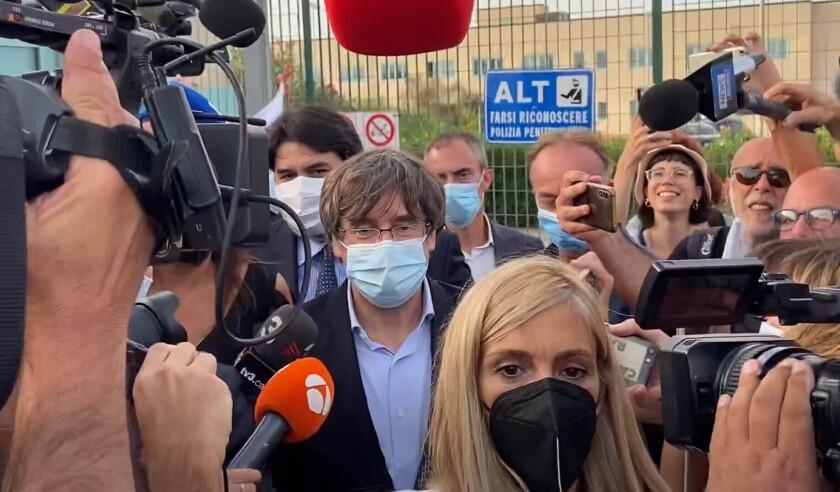 El expresidente catalán Carles Puigdemont sale de la cárcel de Sássari el viernes 24 de septiembre de 2021, en Cerdeña, Italia. (AP Foto/Gloria Calvi)
