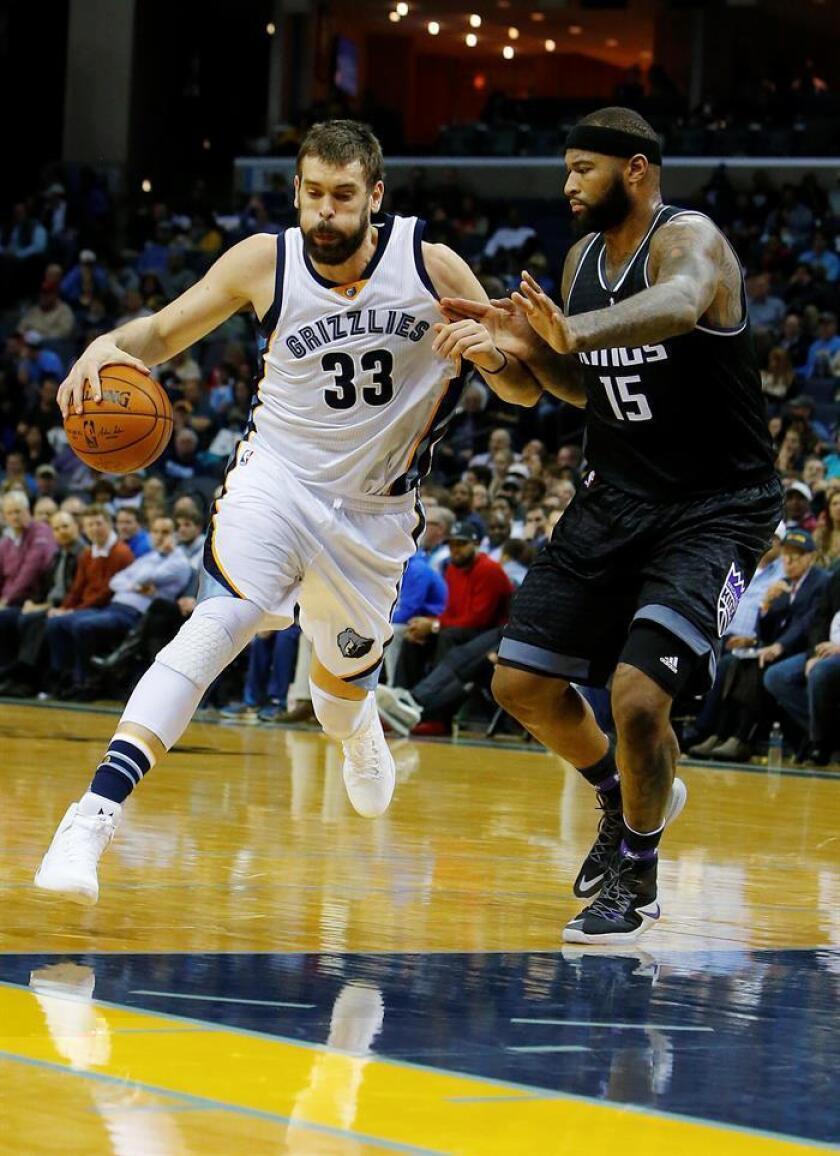 El jugador de Grizzlies Marc Gasol (i) conduce el balón ante la marca de DeMarcus Cousins (d), de Kings durante un partido por la NBA en el FedExForum de Memphis, Tennessee (EE.UU.). EFE