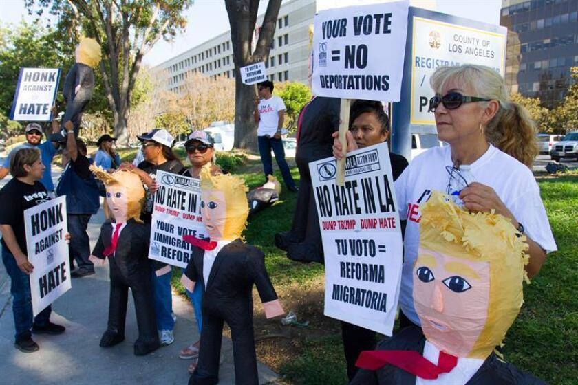 Hijas de inmigrantes y activistas protestan con piñatas con la figura de Donald Trump hoy, miércoles 31 de agosto de 2016, durante una campaña para motivar a los latinos a registrarse para votar contra el candidato a la presidencia de EE.UU. por el partido Republicano Donald Trump, in Norwalk (CA, EE.UU.). EFE